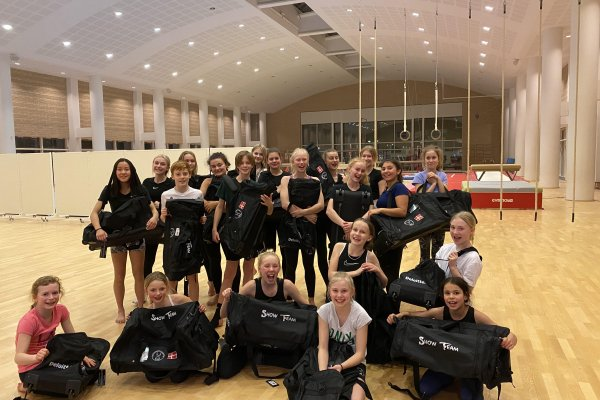 Glade gymnaster med deres nye tasker